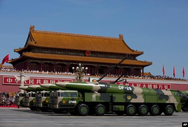 在北京紀念抗日戰爭勝利70週年閱兵活動中,軍車載著東風-26中程彈道導彈駛過天安門(2015年9月3日)