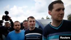 우크라이나 친러 분리주의 세력에 의해 억류돼 있던 유럽안보협력기구 소속 국제 감시단원들이 3일 풀려난 뒤 우크라이나 동부 도네츠크 시로부터 30Km 떨어진 곳에 머물고 있다.