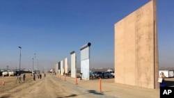 Beberapa prototipe tembak perbatasan AS-Meksiko yang dibangun di San Diego, California (26/10).