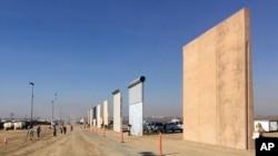位于加州圣迭戈的边境墙模型。(2017年10月26日)