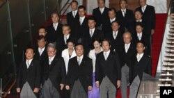 日本新首相野田佳彦(前排中)在首次内阁会议后带领内阁成员前去拍摄集体合影(9月2日)。