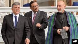 Turkish President Abdullah Gul (L), his Afghan counterpart Hamid Karzai,(R), and President Asif Ali Zardari of Pakistan walk after a meeting in Istanbul, Nov. 1, 2011