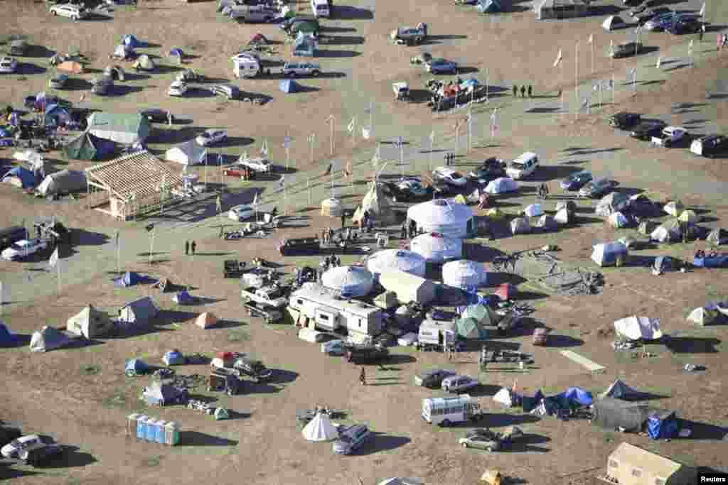 چادرهای معترضان به ساخت و ساز خط لوله نفت در ایالت داکوتای شمالی. معترضان با ساخت یک خط لوله ۱۸۸۶ کیلومتری از داکوتای شمالی تا ایلینوی مخالفند. سرخپوستان می گویند این خط لوله محیط زیست را به خطر می اندازد.