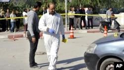 Seorang perwira polisi Tunisia memeriksa lokasi serangan setelah seorang tersangka ekstremis Islam menikam dua petugas polisi di dekat markas besar Parlemen di Tunis, 1 November 2017.