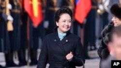 """中国""""第一夫人""""彭丽媛2013年3月22日抵达莫斯科机场"""