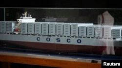 Một bản sao quy mô thu nhỏ một tàu chở hàng của hãng tàu COSCO tại trụ sở chính của công ty ở Bắc Kinh.