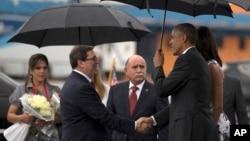 Tổng thống Obama (phải) được Ngoại trưởng Cuba Bruno Rodriguez đón tiếp tại phi trường ở Habana, Cuba, ngày 20/3/2016.