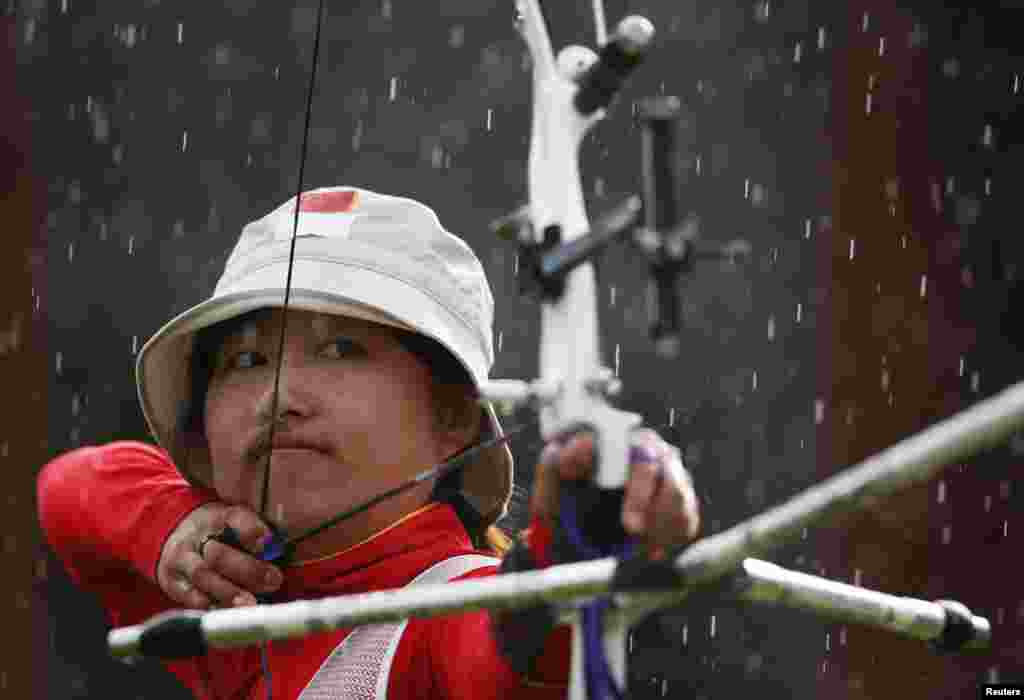 China's Fang Yuting takes aim in the women's archery team gold medal match at the Lords Cricket Ground during the London 2012 Olympic Games July 29, 2012.