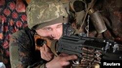 Військовик Збройних сил України на позиції неподалік Донецька, 16 квітня 2021, Reuters