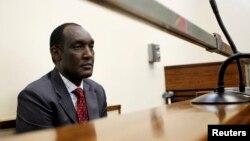 L'ex-général rwandais exilé Faustin Kayumba Nyamwasa lors de sa comparution devant un Tribunal de Johannesburg, le 21 juin, 2012.