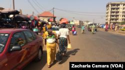 Une rue de Conakry, Guinée, 17 janvier 2018 (VOA/Zacharia Camara)
