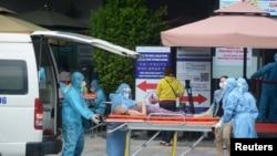 Bệnh nhân Covid đang được chuyển đi điều trị ở Đà Nẵng