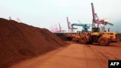 含有稀土矿物的矿土在中国东部港口装船,准备出口
