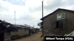 Les habitations du quartier isolé de Ghisiri à Abuja, au Nigeria, le 10 octobre 2019. (VOA/Gilbert Tamba)
