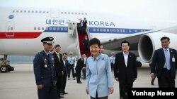 중국 방문을 마치고 공항에 도착한 박근혜 한국 대통령