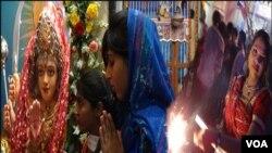 ہندو لڑکیاں دیوالی کے تہوار کے موقع پر پوجا کررہی ہیں اور پٹاخے جلارہی ہیں۔