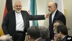 Menlu Iran Mohamad Javad Zarif (kiri) dan para perunding nuklir Iran saat perundingan nuklir di Lausanne, Swiss (foto: dok). Iran diperkirakan akan mengesahkan UU yang memungkinkan inspektur internasional berkunjung rutin ke lokasi nuklirnya.