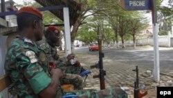 Des soldats ivoiriens gardent à l'extérieur de l'hôtel Etoile du Sud à Grand Bassam, Côte d'Ivoire, le 14 mars 2016, où des civils et des assaillants ont été tués le 13 mars 2016 lorsque des hommes armés ont ouvert le feu revendiqué par AQMI. EPA / LEGNAN KOULA