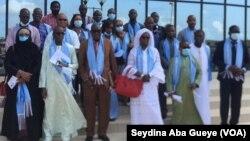 Les membres du tribunal des pairs posent devant la maison de la presse à Dakar, le 23 septembre 2020. (VOA/Seydina Aba Gueye)