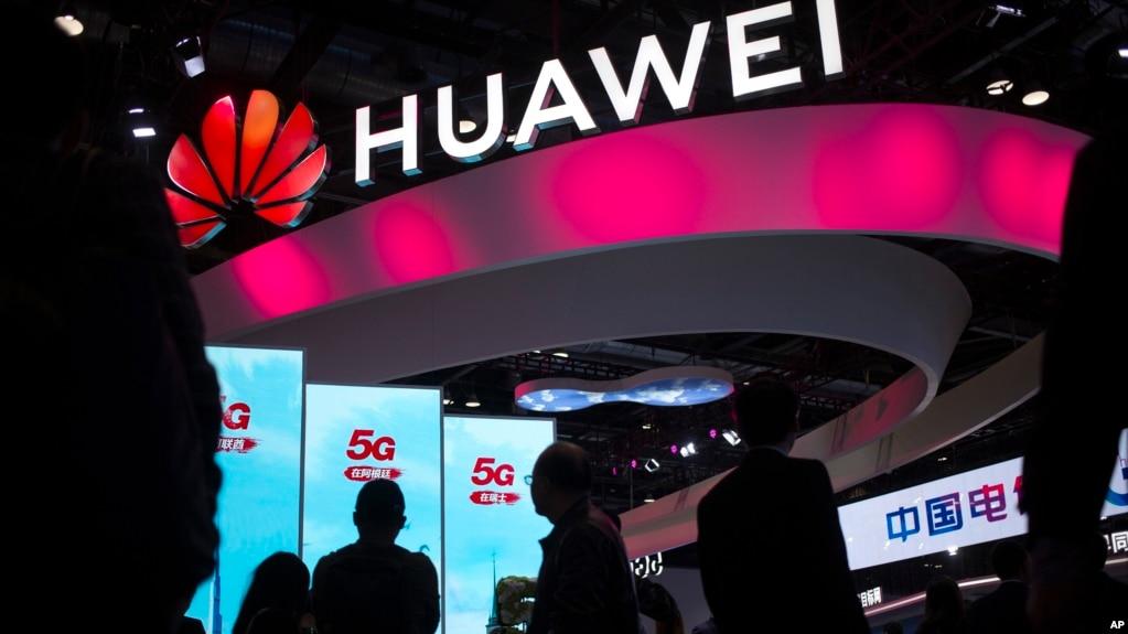 资料照片:华为公司在北京展出的网络设备(2019年10月31日)(photo:VOA)
