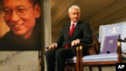颁奖仪式上,诺贝尔委员会主席亚格兰坐在为缺席的刘晓波设立的空椅子边(2010年12月10日)