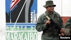 El vicepresidente de la compañía estatal Bolivariana de Puertos, Antonio González, y los inspectores navales Wilfredo Urbáez y Armando Larrazábal, fueron arrestados entre el 17 y 18 de abril.