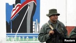 Un soldado del ejército venezolano custodia la salida del puerto de Maracaibo. En 2009 el presidente Hugo Chávez ordenó tomar el control de los puertos y aeropuertos del país.