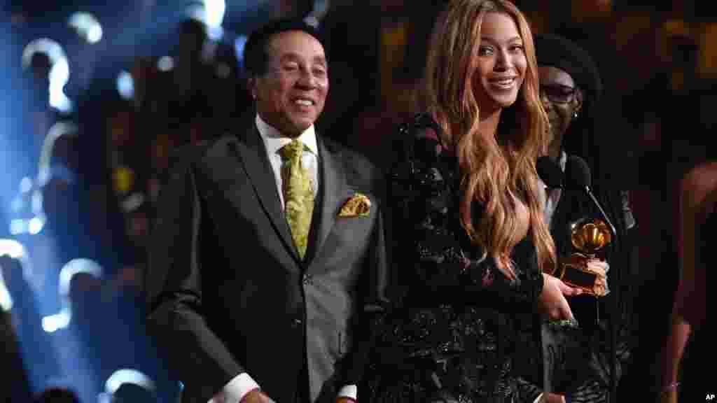 """Smokey Robinson, izquierda, presenta a Beyonce el premio por """"Drunk in Love""""."""