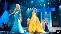 Miss Pennsylvania USA 2012, Shenna Monnin (paling kanan) mengundurkan diri dari pemilihan Ratu Amerika 2012 (Foto: dok).