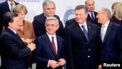 Tổng thống Ukraina Viktor Yanukovich (hàng đầu, thứ 2 bên phải) đứng cùng các nhà lãnh đạo EU tại hội nghị thượng đỉnh EU ở thủ đô Vilnius, 29/11/2013