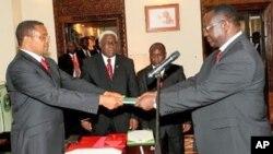 Rais J. Kikwete akimkabidhi miongozo ya kazi, Mwanasheria Mkuu wa Serikali, Jaji Frederick Werema huko Ikulu