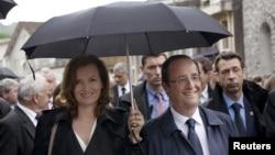 ທ່ານນາງ Valerie Trierweiler ສະຕີໝາຍເລກນຶ່ງ ແລະທ່ານ Francois Hollande ປະທານາທິບໍດີ ຝຣັ່ງ.