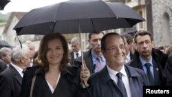 Tổng thống Pháp Francois Hollande, phải, và bà Valerie Trierweiler trong một cuộc diễu hành ở Tulle, tây nam nước Pháp, 9/6/2012