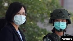 台灣總統蔡英文在台南一個軍事基地視察士兵操練。(2020年4月9日)