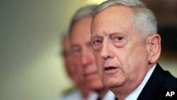 짐 매티스 미국 국방장관이 19일 펜타곤에서 아드리안 투투이아누 루마니아 국방장관과의 회담 도중 기자들의 질문에 답하고 있다.