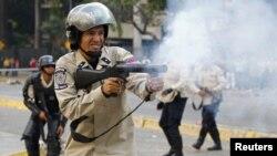 Pripadnik tima za razbijanje anti-vladinih demonstracija u Karkasu, Venecuela