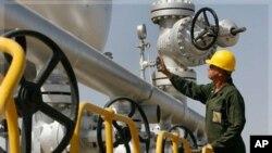 一名伊朗技术员在检查石油设施(资料照)