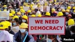 ریاست کاچن میں مظاہرین ہیلمٹ پہنے فوجی حکومت کے خلاف مظاہرہ کر رہے ہیں۔ فروری 20, 2021
