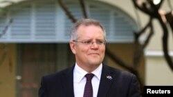 澳大利亚移民部长在接受采访后离开