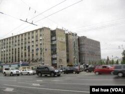 """位于莫斯科市中心的""""消息报""""总部大楼,但编辑部几年前已经迁移到新的办公地点 (美国之音白桦拍摄)"""