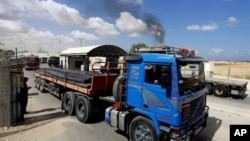 Seorang warga Palestina memeriksa truk bermuatan besi setibanya dari Israel melalui perbatasan Kerem Shalom menuju Rafah, selatan Jalur Gaza (22/9).