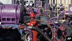 تجهیزات مربوط به عملیات شکاف هیدرولیک در میدان نفتی «مید» در ایالت کلورادو – ۵ فروردین ۱۳۹۳