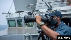 "Kapal perusak berpeluru kendali USS ""Curtis Wilbur"" melakukan misi rutin di Selat Taiwan pada 18 Mei 2021. (foto: Angkatan Laut AS)"