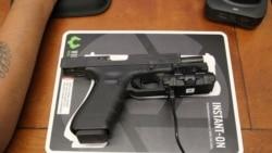 Пістолет Glock 40 з відеокамерою. Фото REUTERS/Nathan Frandino