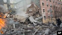 Kru penyelamat kota New York masih terus mencari di antara reruntuhan untuk menemukan sembilan orang lain yang masih hilang (12/3).
