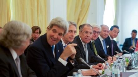 2015年7月6日奥地利: 克里在5+1外长伊朗核谈判会议上与能源部长莫尼兹聊天