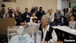 Žena glasa na biračko mestu u Beogradu