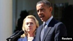 Tổng thống Barack Obama phát biểu cùng với Ngoại trưởng Mỹ Hillary Clinton sau cái chết của Đại sứ Mỹ tại Libya, Chris Stevens, và những người khác, từ Vườn Hồng của Nhà Trắng ở Washington, ngày 12/9/2012.