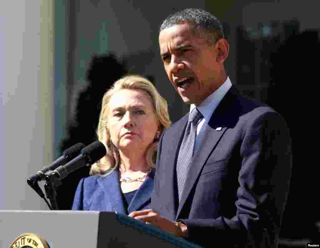 باراک اوباما رییس جمهوری امریکا همراه با هیلاری کلینتون وزیر امور خارجه در محوطه چمن کاح سفید درباره حمله به کنسولگری امریکا در بنغازی سخن گفت