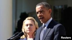 2012年9月12日,奥巴马总统在华盛顿白宫玫瑰园发表一份声明,在其身旁的是当时的国务卿希拉里·克林顿